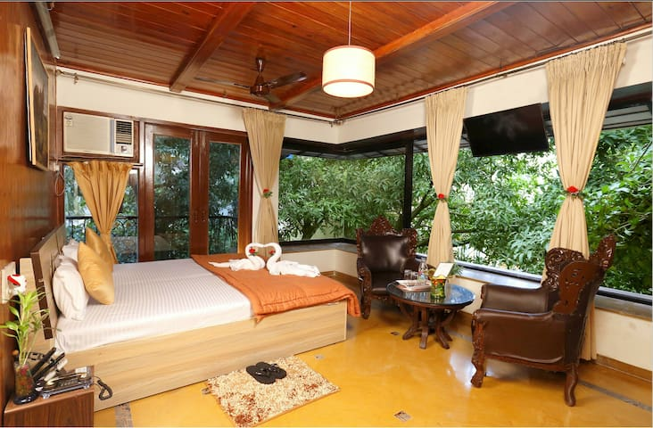 Timber Suite ( 2 Bedroom ) near BKC - Bombay - Bed & Breakfast