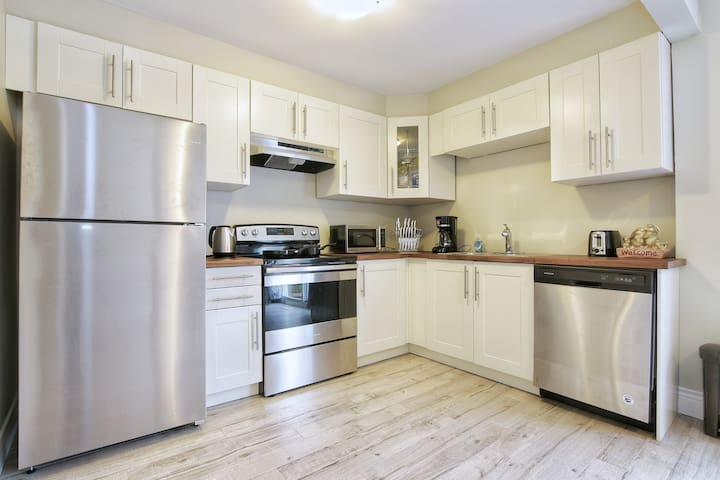 Cozy Entire Home, Upper & Lower Suites included!