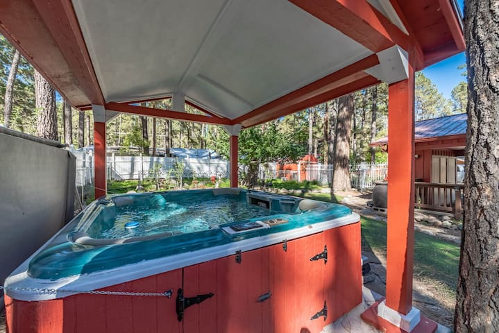 Whirlaway Cottage: A Nostalgic 2 Bedroom with a Hot Tub!!