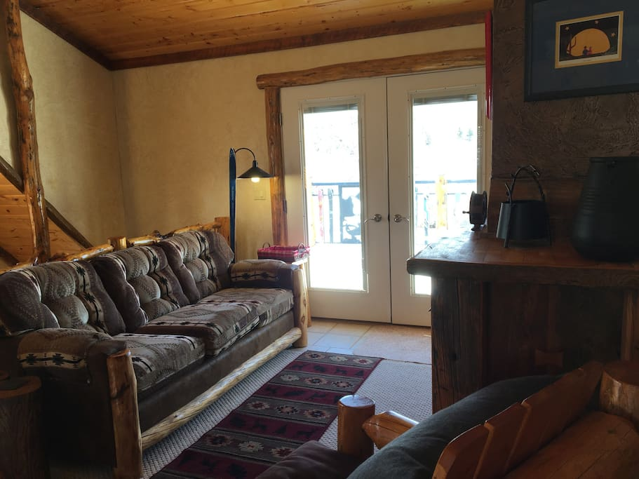 Living room, gas fireplace, TV, stereo, Wifi, doors to deck