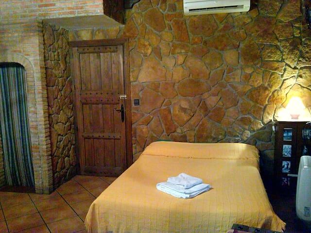 Habitacion privada al estilo rustico con chimenea