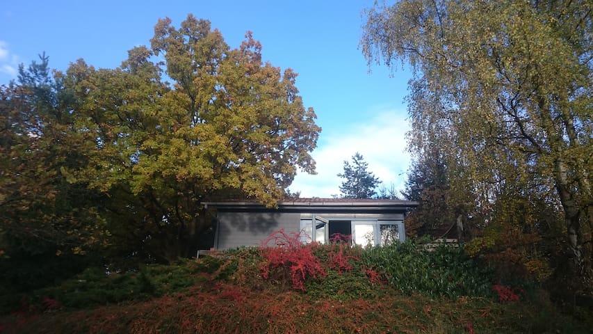 Kuscheliges Holzhaus mit Kamin und Fernblick