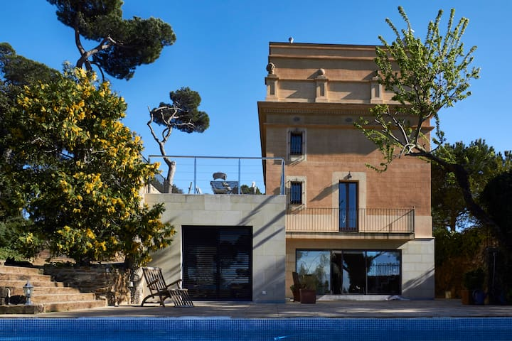 Enchanting Vila overlooking BCN with swimming pool - บาร์เซโลนา - วิลล่า