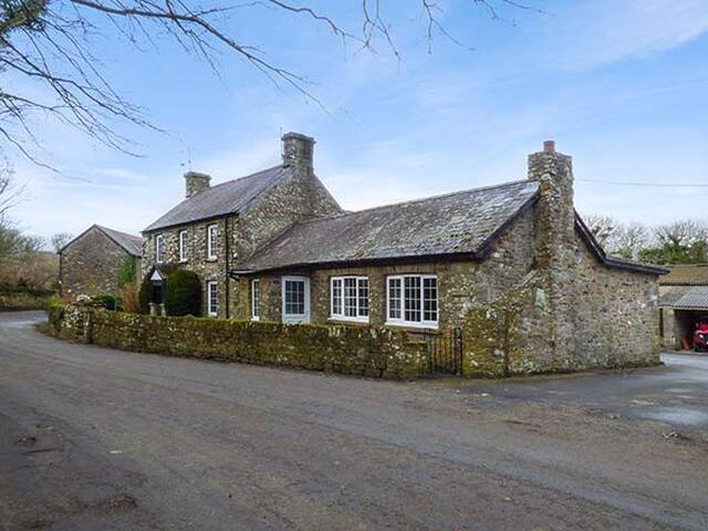 STONE LODGE, pet friendly, with open fire in Nolton Haven, Ref 921071