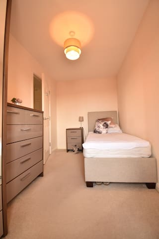 Single room in townhouse close to Manchester Uni