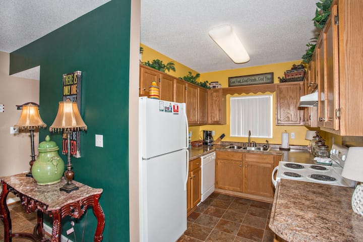 Walk-In Shower-Sleeps 6-Clean 2 BR in Downtown Pigeon Forge-Pools Open