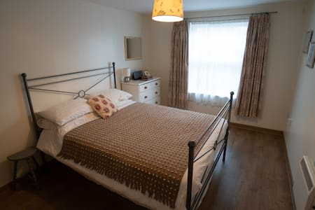 One Bed Modern Apartment, Central WG City