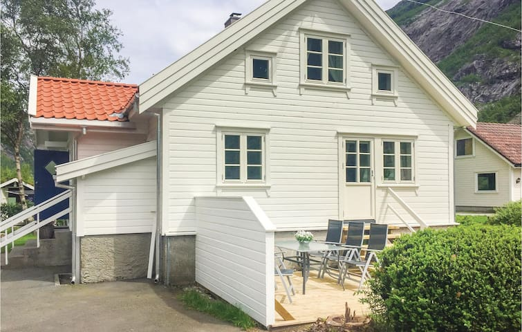 Holiday cottage with 2 bedrooms on 85m² in Dirdal