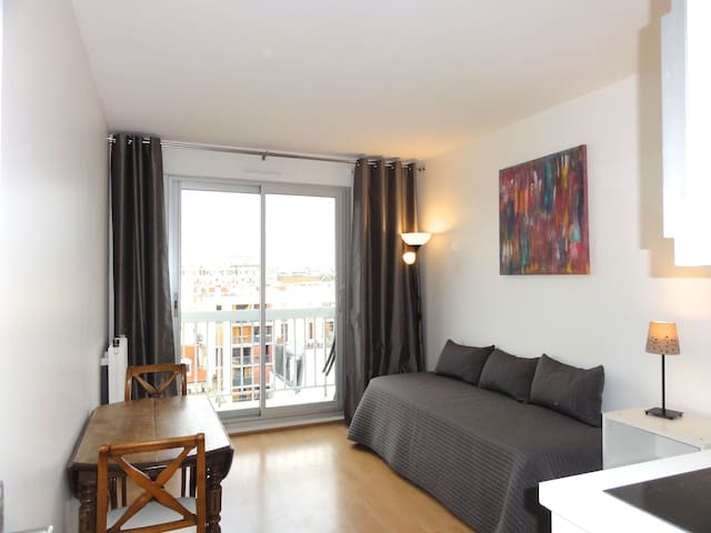 2 rooms+balcony view of Eiffel Tower from your bed - Parijs - Appartement