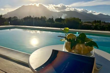 Villa Leukè:piscina, vista faraglioni di Scopello