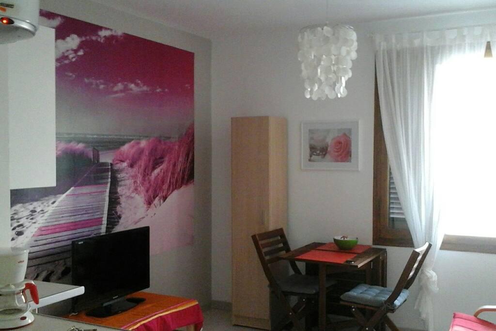 Vista de salón con decoración nuevo mural!!