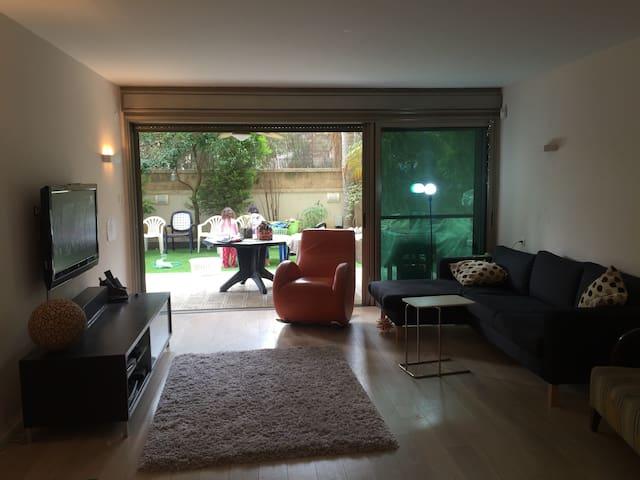 Yard & a warm home - Herzliya - Casa