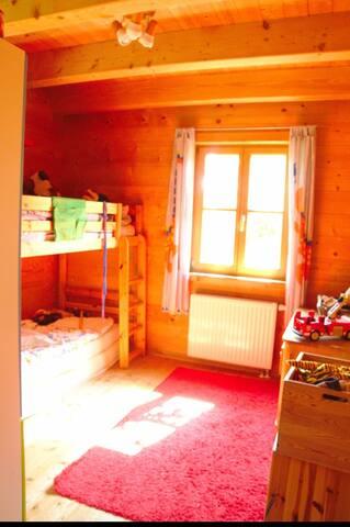 Schlafzimmer mit halbhohem Einzelbett
