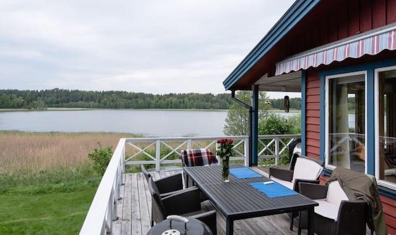 Vacker stuga med fantastisk sjöutsikt - Tystberga - House