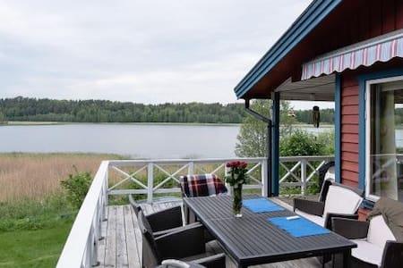 Vacker stuga med fantastisk sjöutsikt - Tystberga - Rumah
