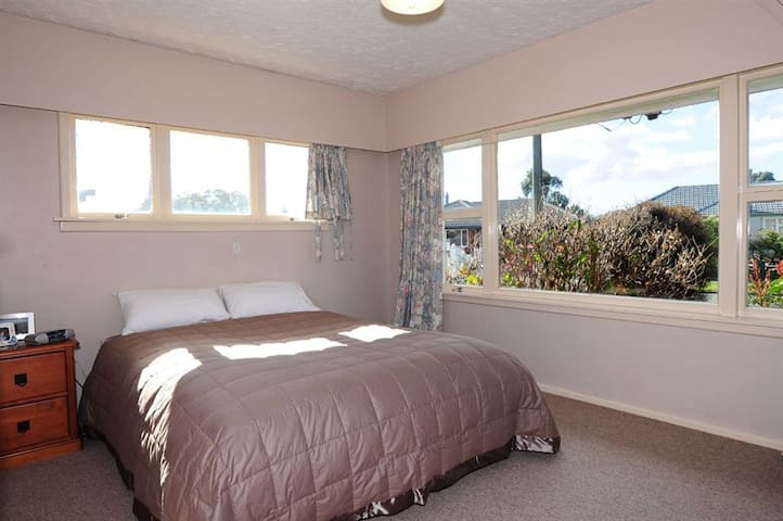 Sunny bedroom close to Christchurch airport - Christchurch - House