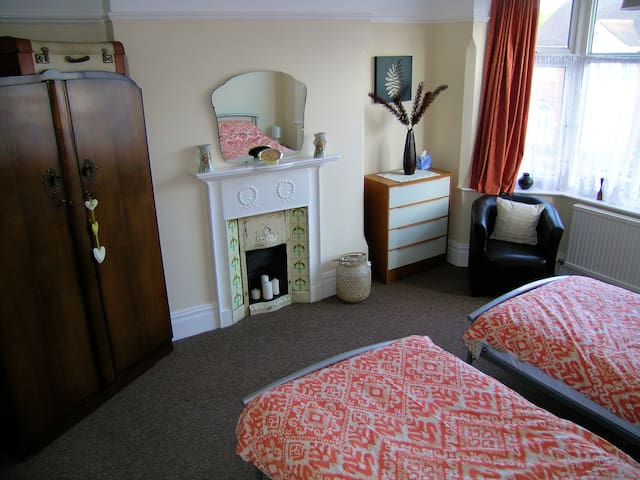 Spacious twin room close to Nottingham City Centre