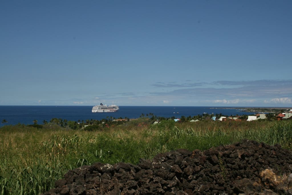 You can see the cruise ships from the lanai