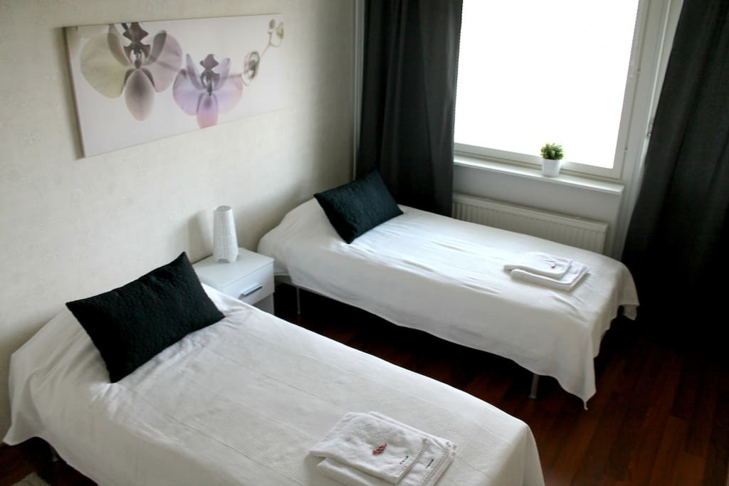 Asunnossa sängyt neljälle aikuiselle. Neljäs sänky on extra hintaan. Liinavaatteet sisältyvät hintaan. Comfortable beds for four adults. The fourth bed is for extra charge. Bed linen included.