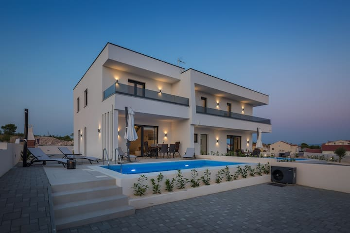 XXL Villa with 6 bedrooms and 2 heated pools