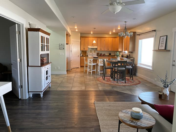 Bright & Beautiful, Downtown, 4BR