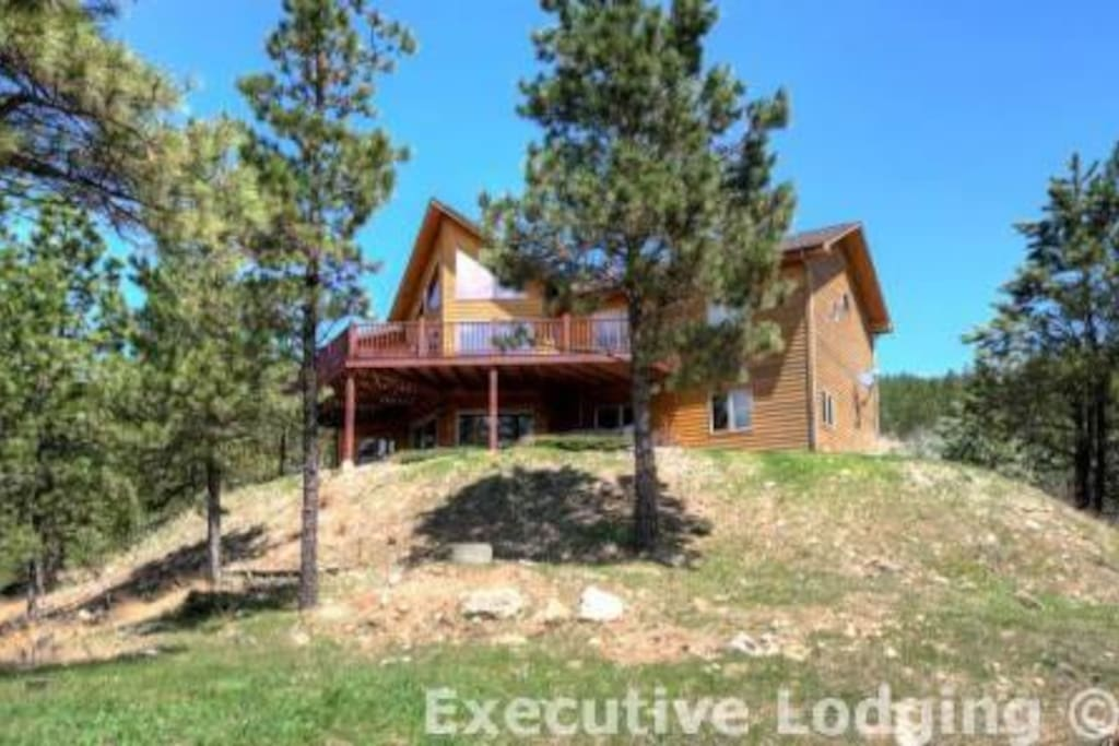 Back view of this grand Black Hills vacation cabin