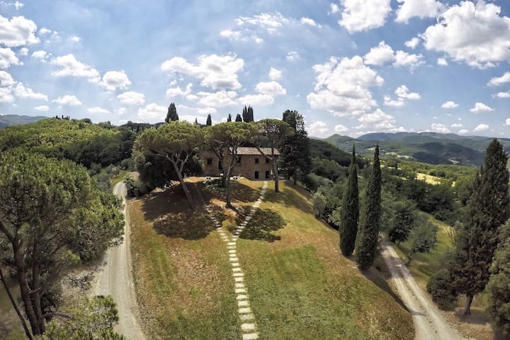 Tuscany | Podere Capitignano with panoramic pool