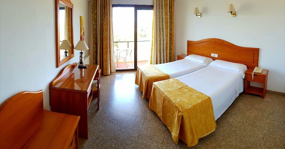 Habitación Triple con Balcón | Gema Hotel