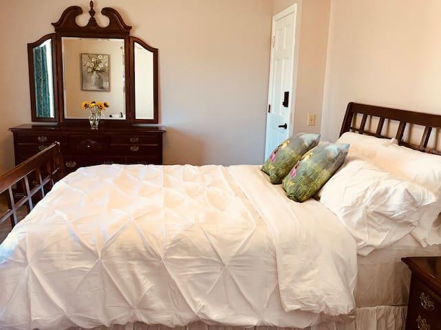 Quiet Master Bedroom w/ Bath Near Lakes/Nature