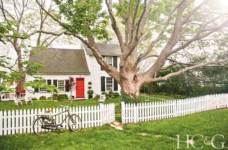 1770 Honeymoon Cottage with Hidden Pool