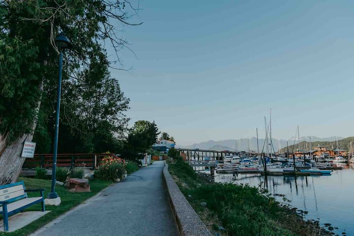 Walk along the sea wall to Restaurants and the Dock  Photo: https://www.katiebowenphotography.com