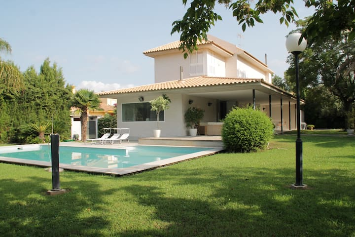 Luxury Villa near the sea with swimming pool