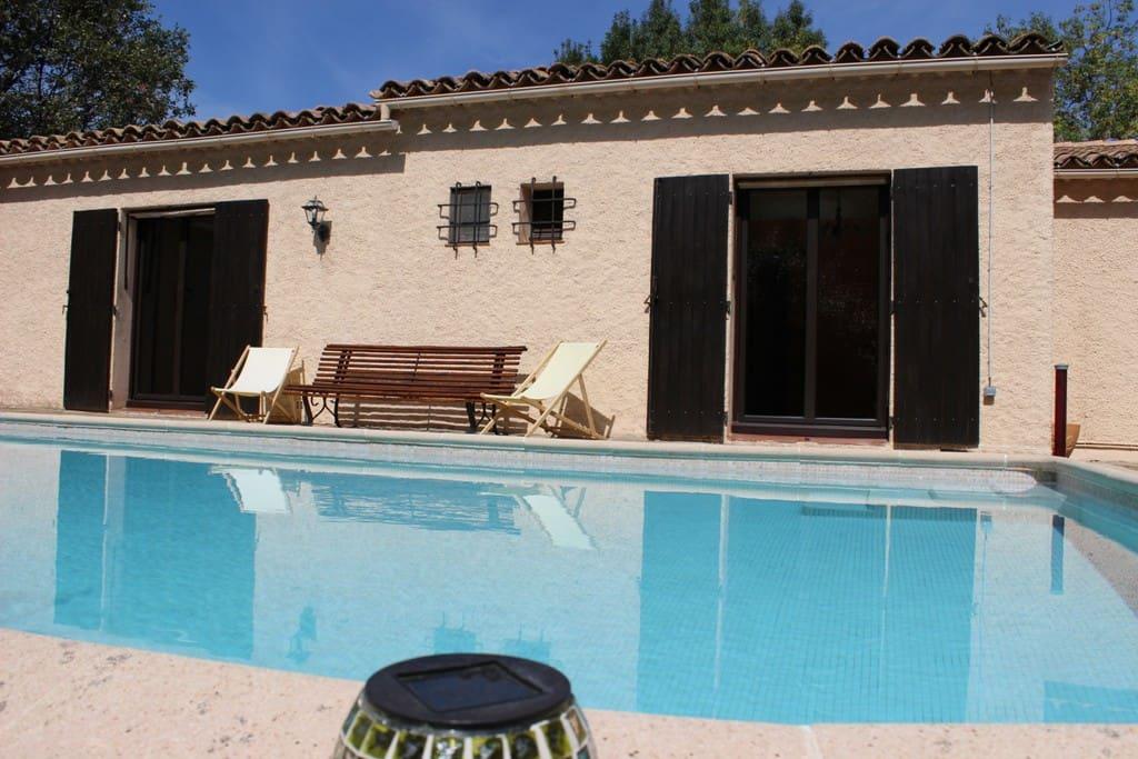 Vue de la piscine carrelée sur la partie arrière de la maison