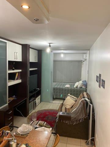 Visão geral da sala e quarto. Sofá retrátil confortável, tv a cabo e Chromecast.