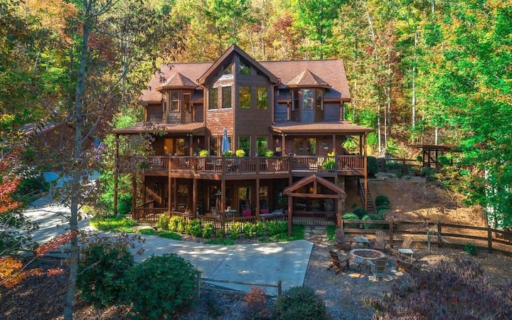 Christmas Lodge-Secluded near Downtown Blue Ridge