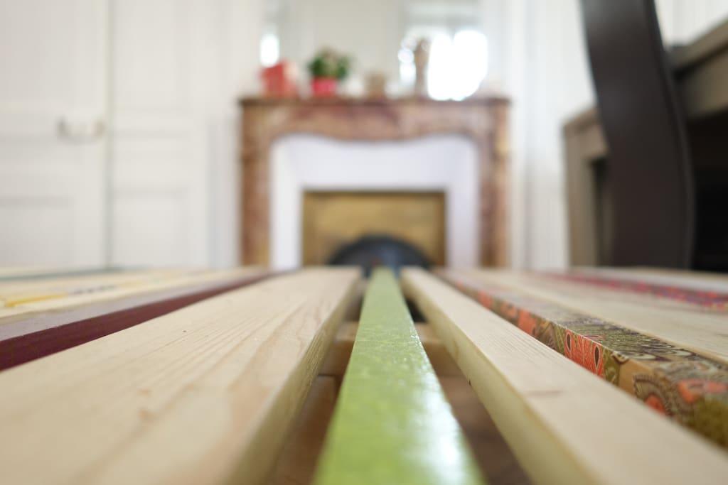 Table basse du salon avec cheminée de marbre (non fonctionnelle)