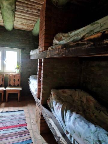 кімната 4 двоярусні ліжка, можна забронювати лише для однієї сімї