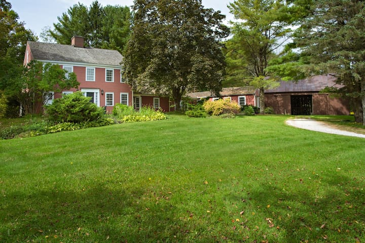 Spacious Country Retreat with Views, Privacy