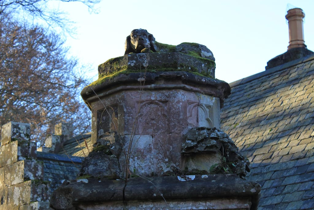 The sleeping dogs atop the gate pillars