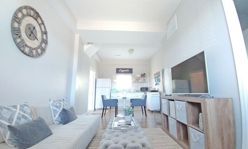 Couples Retreat: King Size Bed & Close To Beaches!