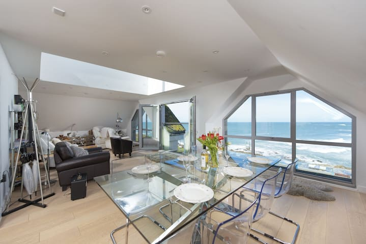 The Penthouse Fistral Beach - a 3 bedroom apartment with stunning views over Fistral Beach