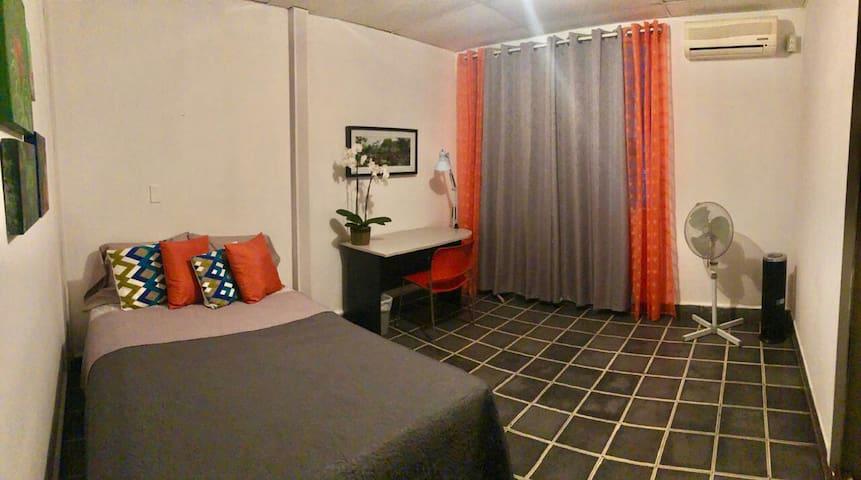 Habitación La Escalón, confortable  y estratégico.