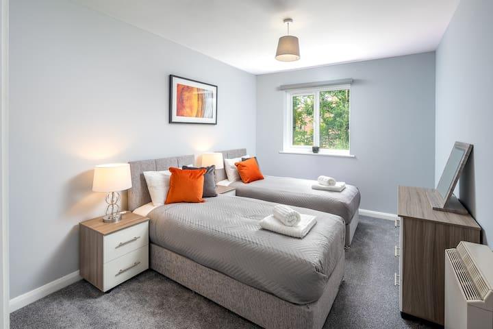 1 Bedroom Apartment near Crawley Centre w/PARKING
