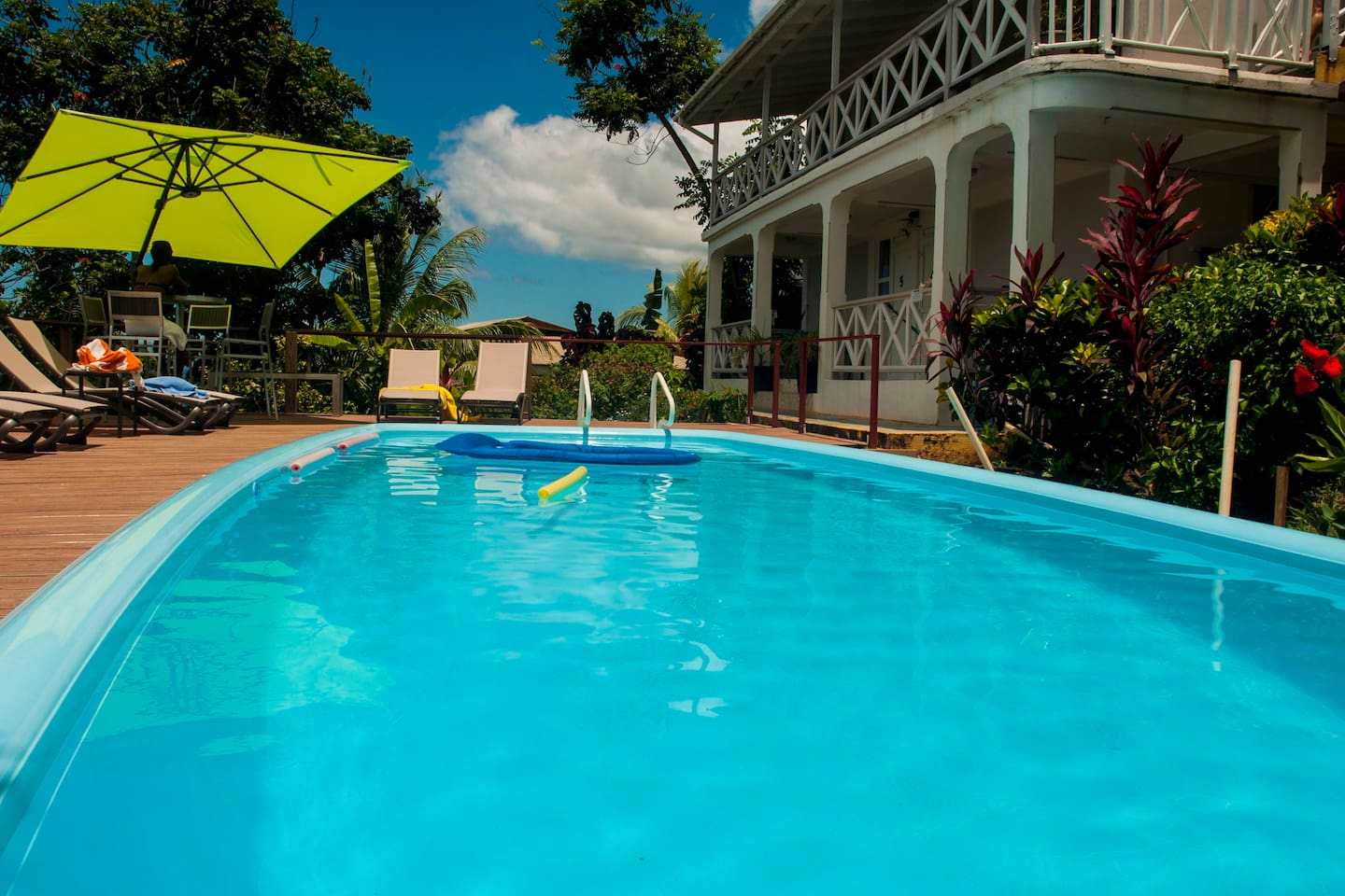 Do you see that little airbed floating on our pool? Have a look at the next picture...