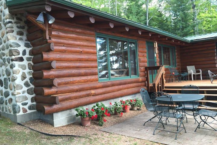 Peaceful & quaint Cabin with Autumn colorama