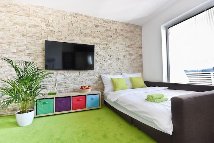 Salon może pełnić rolę dodatkowej sypialni dla 4 osób.