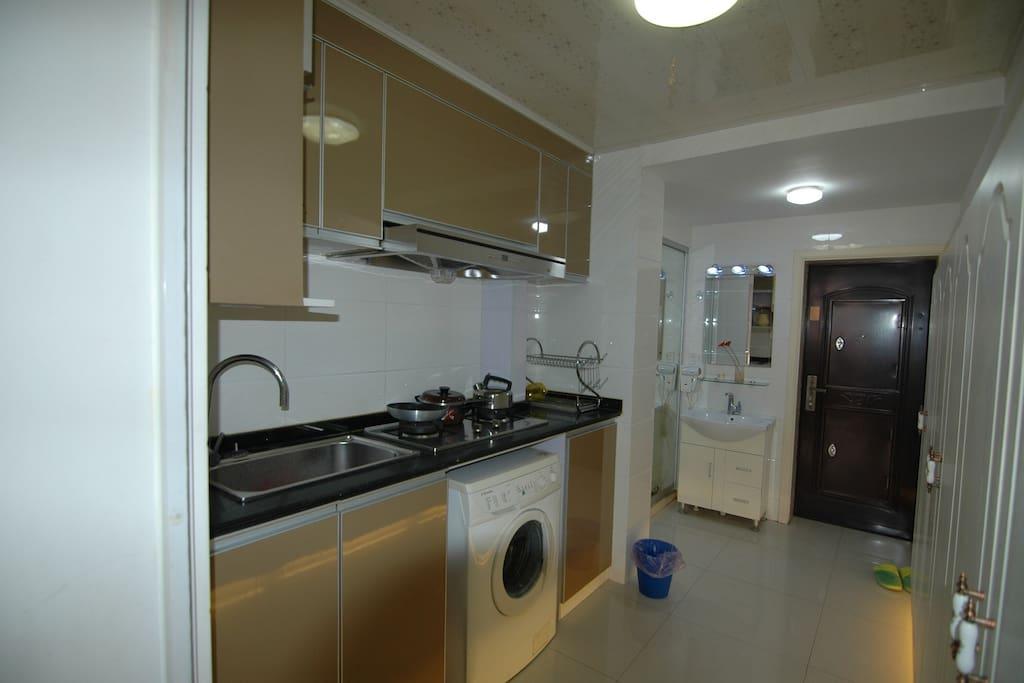 完备的厨房,滚筒洗衣机