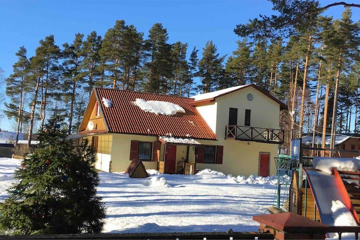 Наш дом который очень похож на твинхаус  ( это дом имеющий две секции  объединённые общей стеной , но имеющий разные крыши )