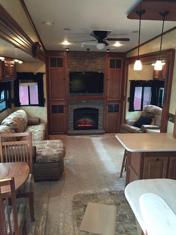 40' 5th Wheel in RV Park Scotch Creek - Scotch Creek - Huis