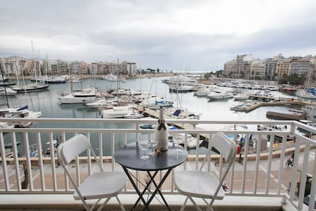 Central apt in front of the sea at Athens Riviera